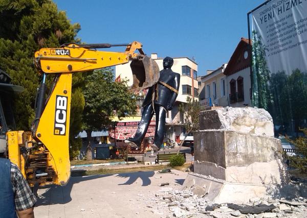 Leylek yuvasından sonra Atatürk heykeli de kaldırıldı