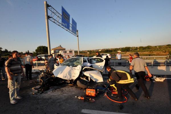 Otomobil yön levhasına çarptı: 3 ölü
