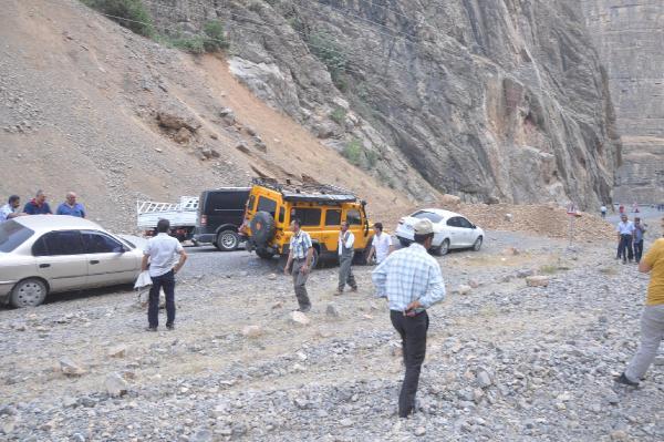 PKK, Hakkari-Çukurca karayolunda 2 araç yaktı