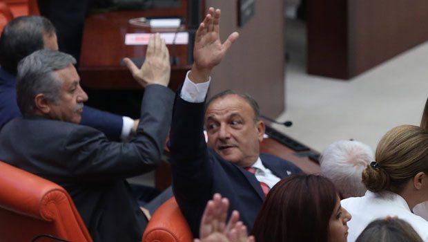 Oktay Vural elini kaldırınca MHP de…