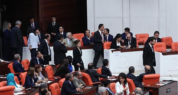 HDP'den gazetecilere koridor yasağı