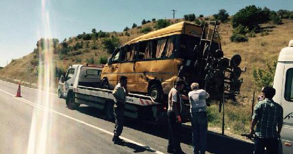 Servis minibüsü devrildi: 11 yaralı