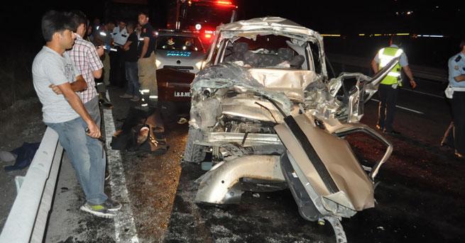 Hafif ticari araç TIR'a çaptı!… 1'i çocuk, 3 kişi öldü!