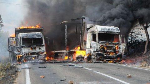 PKK, karayolunu kesti, kamyonları yaktı