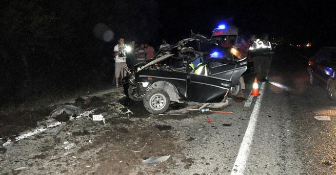 Otomobil traktöre çarptı!… 1 ölü, 4 yaralı!
