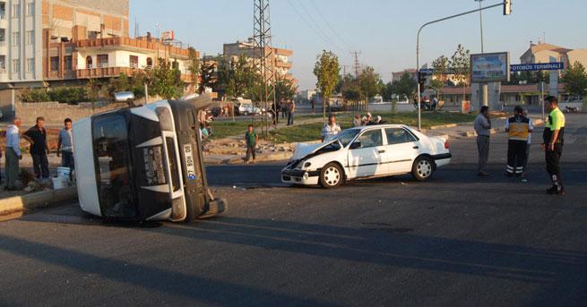 İşçileri taşıyan minibüs ile otomobil çarpıştı!… 11 yaralı!