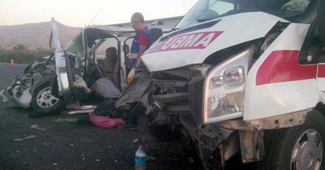 Ambulans otomobille çarpıştı: 7 yaralı