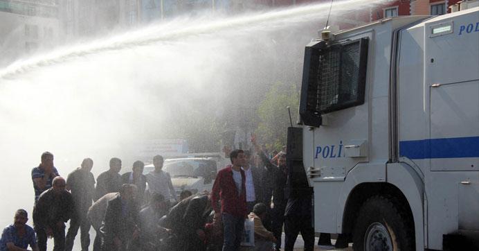Ankara'daki patlamayı protesto edenlere polis müdahalesi