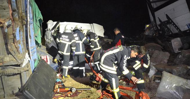 Uşak'ta TIR'la kamyon çarpıştı: 1 ölü!