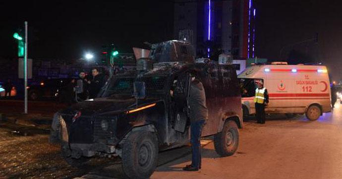 Zırhlı polis aracı ile otomobil çarpıştı: 3'ü polis 6 yaralı