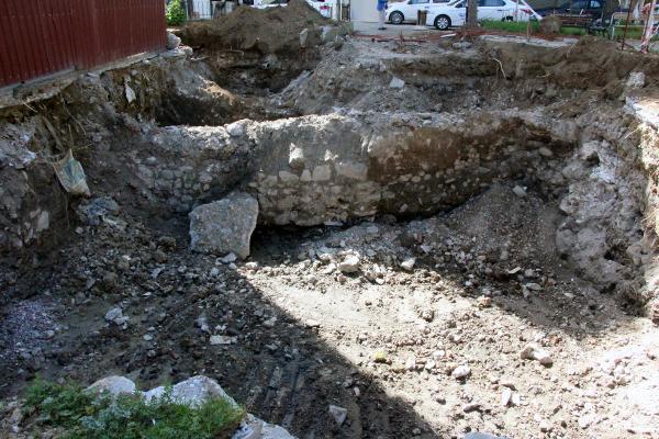 Cami tuvaleti kazısında tarihi duvar çıktı