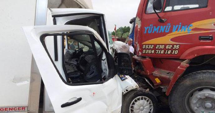 Kamyonet otomobile çarptı: 1 ölü,1 yaralı