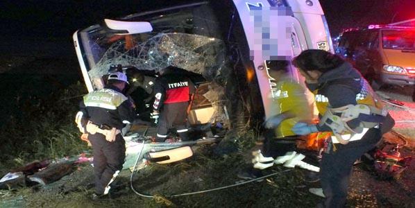 Yolcu otobüsü devrildi!.. 3 ölü, 30 yaralı!