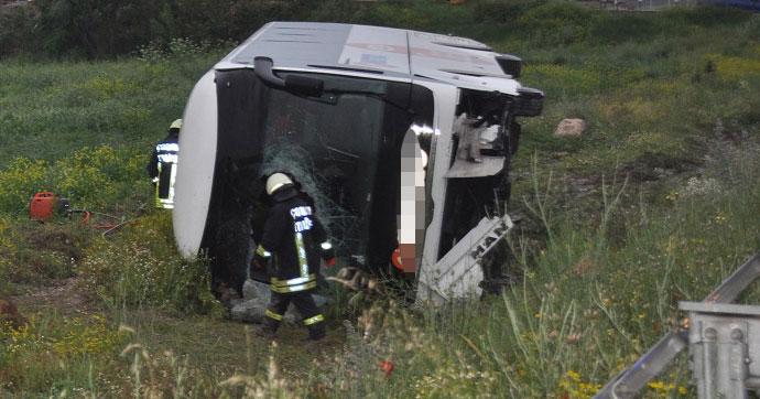 Bir otobüste tarlaya uçtu 1'i ağır 21 yaralı!