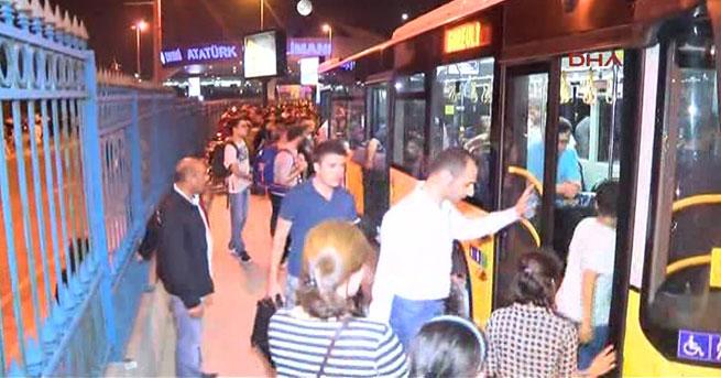 Atatürk Havalimanı'ndaki yolcular, otobüslerle tahliye edildi