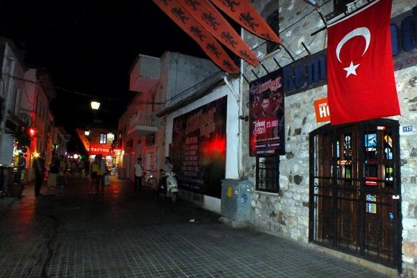 Barlar Sokağı esnafından Türk bayraklı terör protestosu