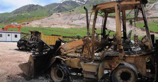 PKK'lılar şantiye basıp araçları ateşe verdi