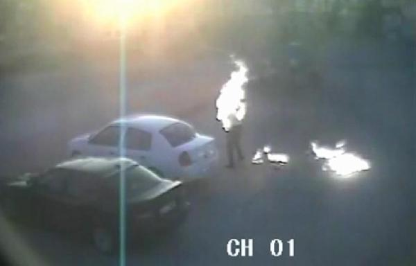 Üzerine benzin dökerek kendisini yaktı