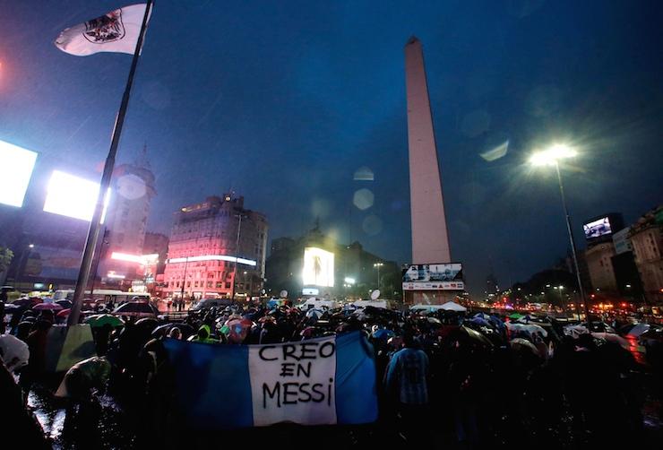 Milli takımı bıraktığını açıklayan Messi için Arjantin sokağa döküldü
