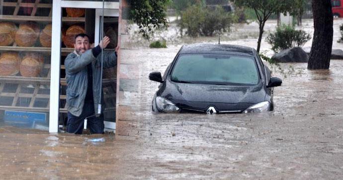 Trabzon Beşikdüzü'nde dereler taştı, ilçe sele teslim oldu