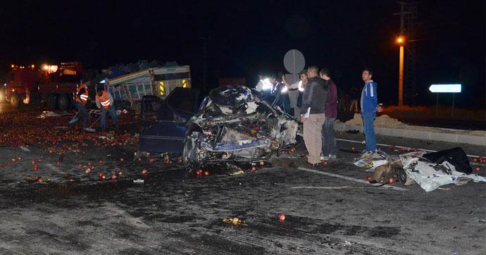 Otomobil ile kamyon çarpıştı!.. 2 ölü, 1 yaralı!