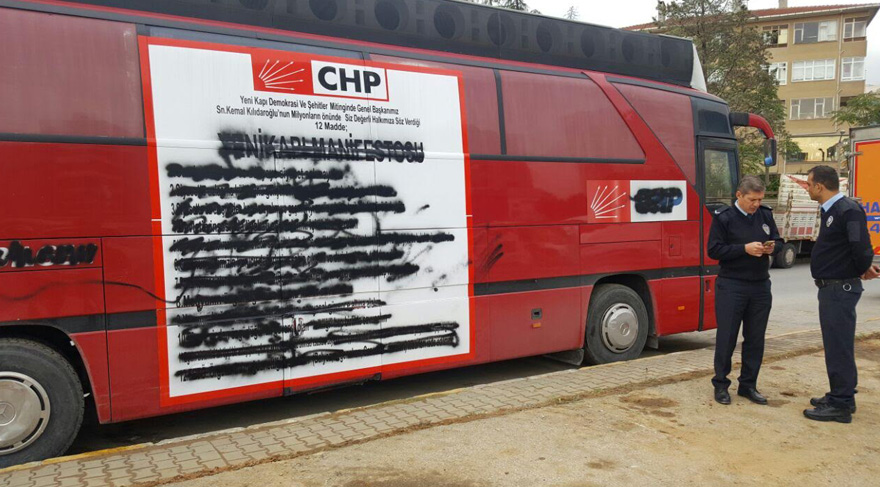 CHP otobüsüne boyalı saldırı