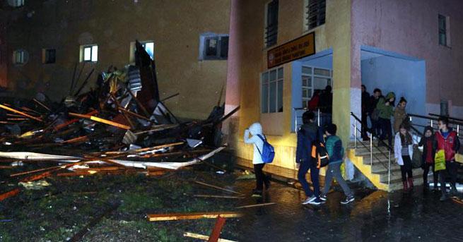 Pansiyonun çatısı uçtu, 38 lise öğrencisi tahliye edildi