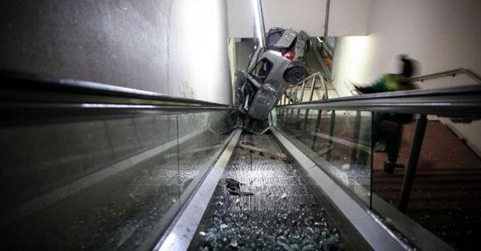 Otomobil metro yaya alt geçidine yuvarlandı