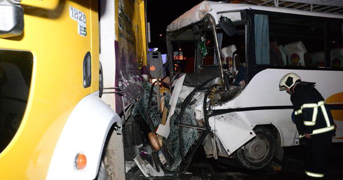 İşçi servisi, çöp kamyonuna çarptı!.. Çok sayıda yaralı var!