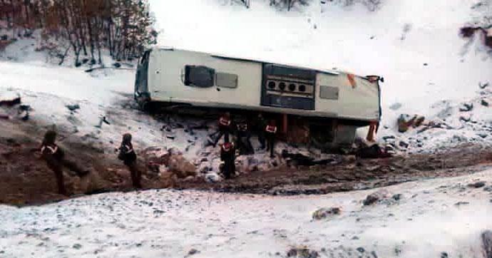 Yolcu otobüsü şarampole yuvarlandı!.. Çok sayıda yaralı var!