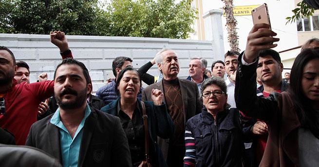 Yasak iddiasına 'İzmir Marşı'yla protesto