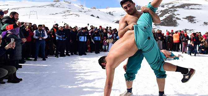 Bu kez karda güreştiler