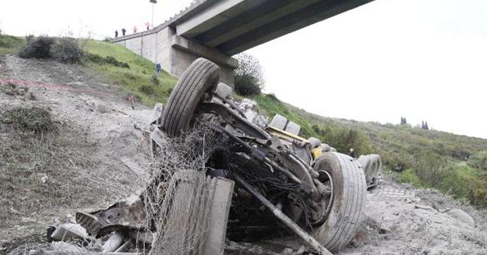 TIR viyadükten uçtu, sürücüsü öldü