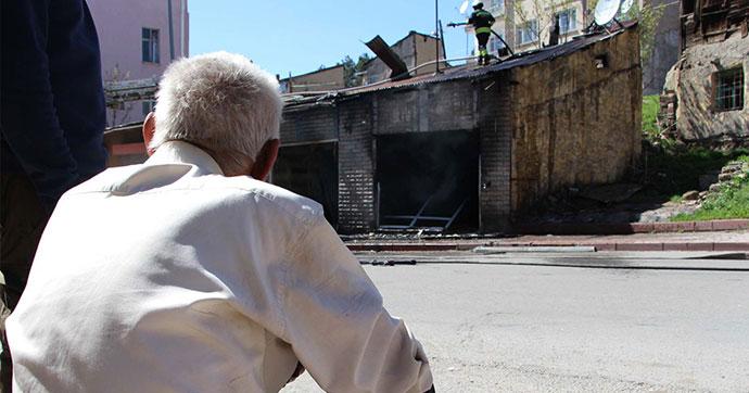 İntihar amacıyla evini yaktı, alevler yükselince dışarı kaçtı