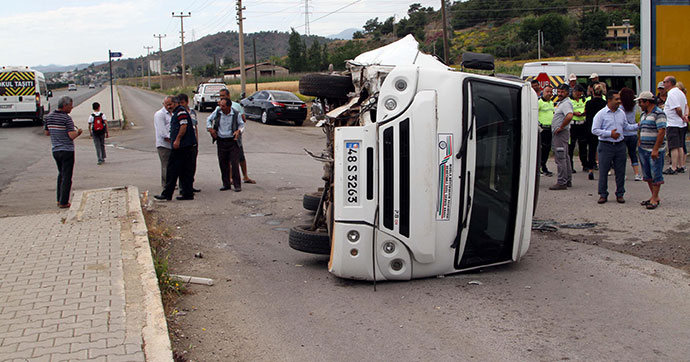Servis minibüsü devrildi: 4'ü öğrenci 5 yaralı