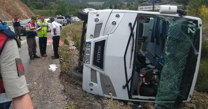 Rus turistleri taşıyan midibüs devrildi!.. Çok sayıda yaralı var!