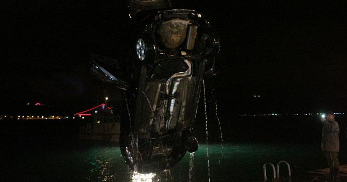 Eşiyle tartıştı, otomobili denize attı!