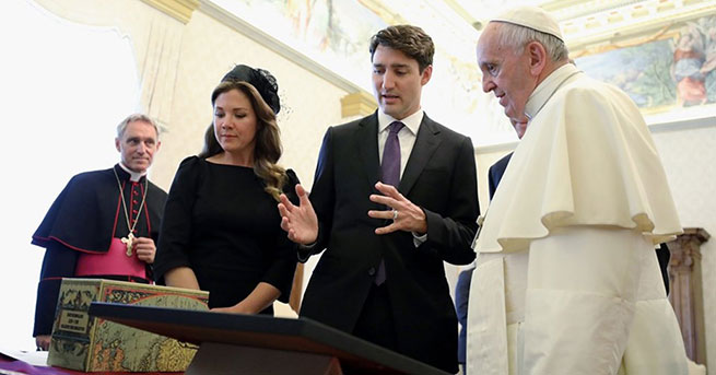 Papa'dan istismar mağduru çocuklar için resmi özür talep etti