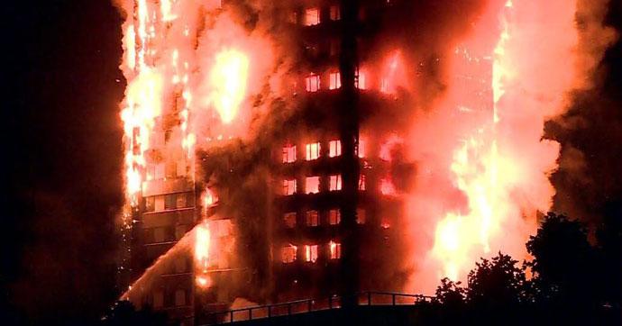 27 katlı bina alev alev yandı