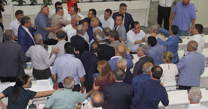 AKP ve CHP grupları arasında arbede