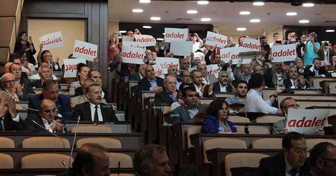 İBB Meclisi'nde Berberoğlu'nun tutuklanmasına protesto