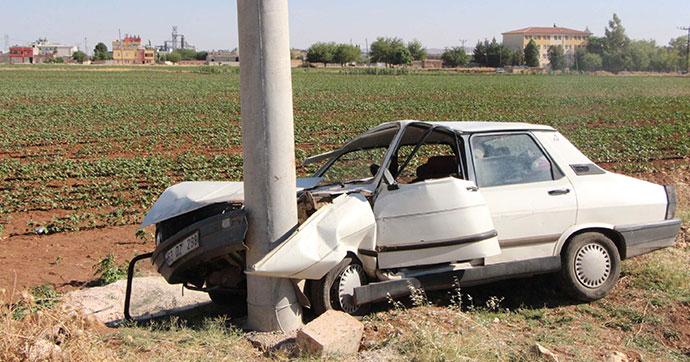 Otomobil, direğe çarptı: 3 yaralı