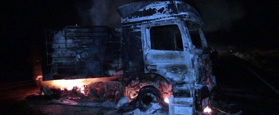 PKK'lı teröristler kömür yüklü TIR'ı ateşe verdi