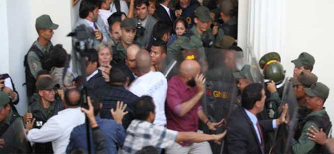 Venezuela'da meclisin önünde arbede