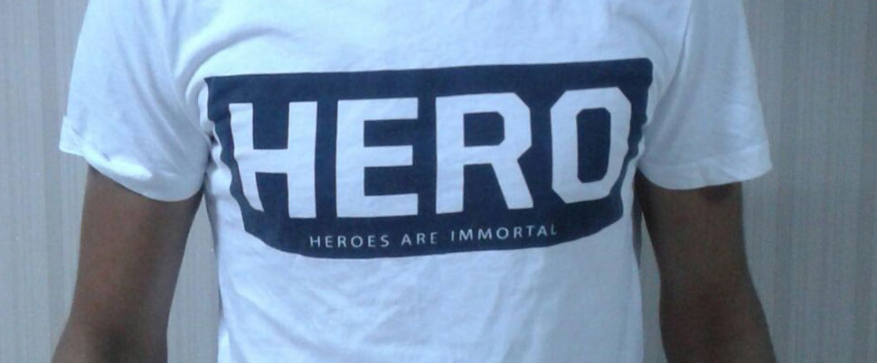 'Hero' yazılı tişört giyen 7 kişi serbest