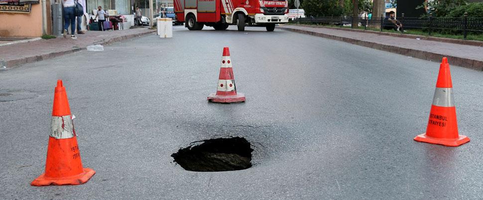 Fatih'te yol çöktü, cadde trafiğe kapandı
