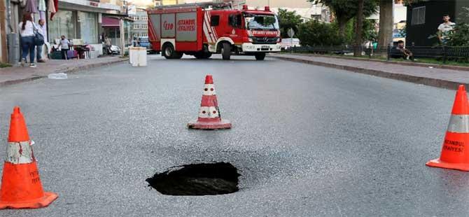 Fatih'te yol çöktü; Cadde araç trafiğine kapandı