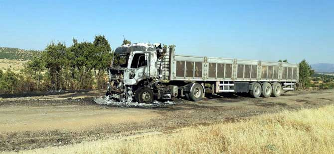 PKK'lı teröristler yol kesip TIR yaktı