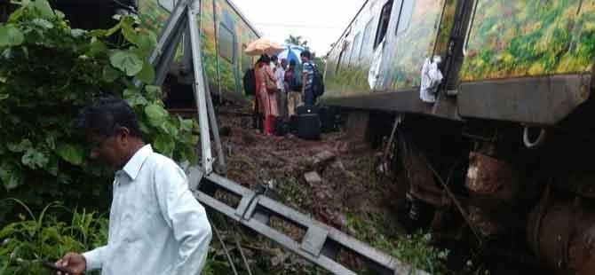 Hindistan'ın Thane şehrinde tren raydan çıktı