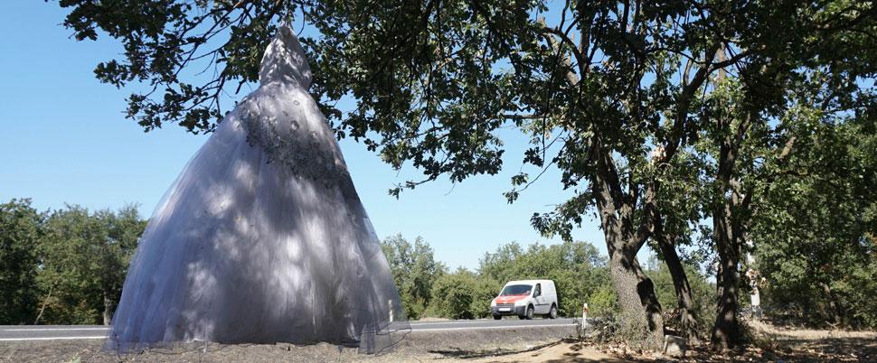 Yol kenarında ağaca asılı gelinlik şaşırttı